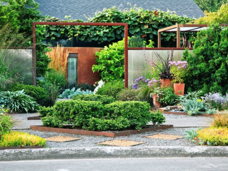Decorating your garden with ornamental plants and accessories